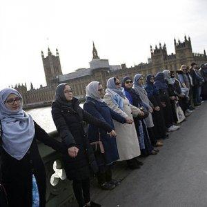 Müslüman kadınlardan Londra'da insan zinciri