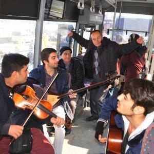 Halk otobüsünde canlı müzik keyfi
