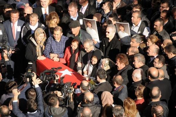 Hastaneden öldürülen doktoru binler uğurladı !