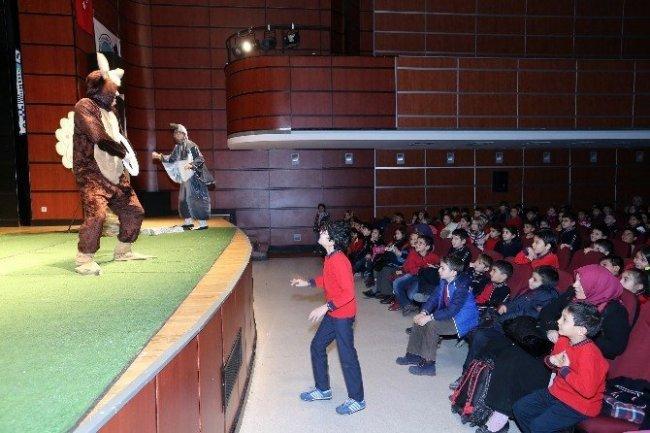 Tiyatroda yaşlı teyzenin hareketi herkesi güldürdü !