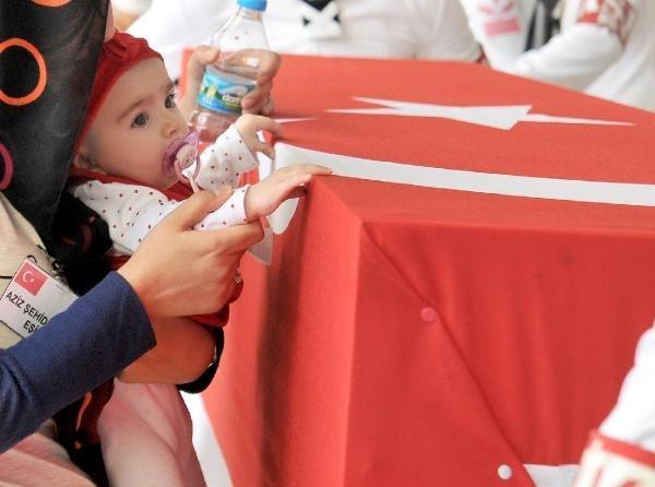 Şehit Murat Erdi Eker'i 4 aylık kızı uğurladı