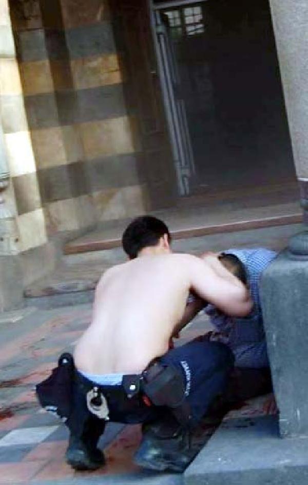 Fanilasını çıkarıp tampon yapan polis ödüllendirildi