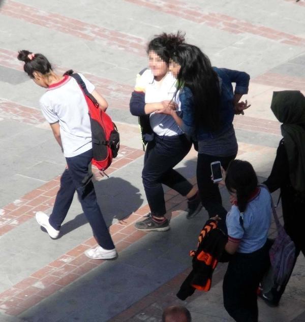 Liseliler cadde ortasında kavga etti !
