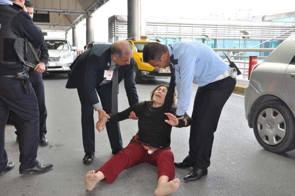 Uçaktan indirildi sinir krizi geçirdi !