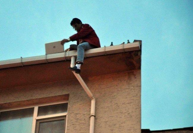 Çatıda laptoptan film izledi, intihara kalkıştı !