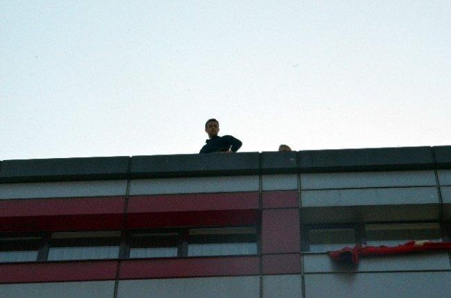 Madenciler maaş alamayınca yedi katlı binanın çatısına çıktı !