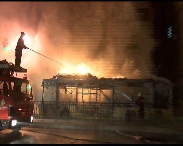 Korsan göstericiler İETT otobüsünü ateşe verdiler !