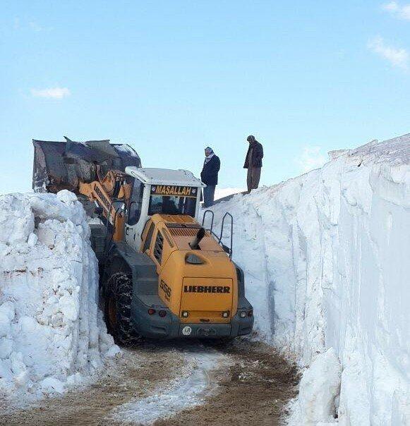 Batı kavrulurken Hakkari karla boğuşuyor