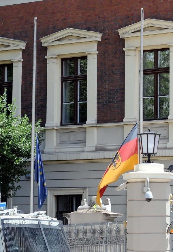 Almanya ve Hollanda bayraklarını yarıya indirdi