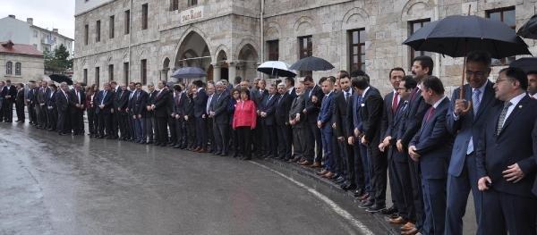 Yağmur altında Vali karşılama töreni