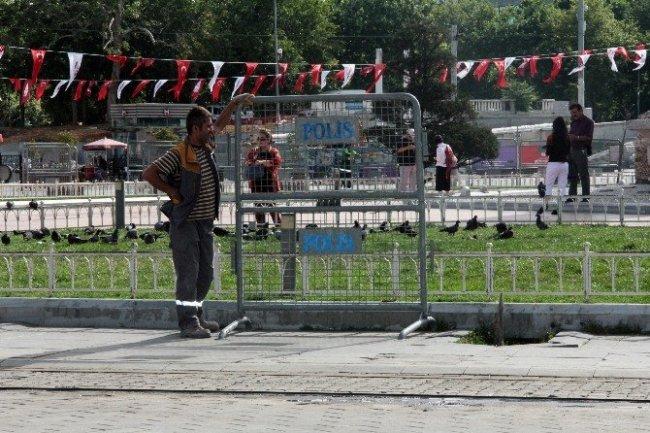 Taksim'de polis bariyerli önlem