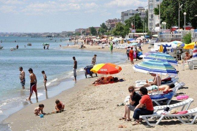 İstanbullu Büyükçekmece sahiline akın etti