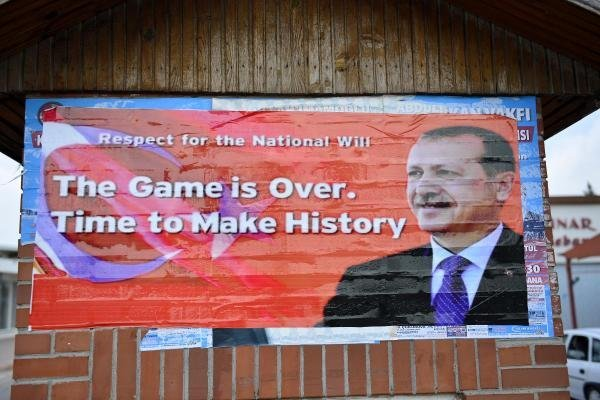 İncirlik girişine Erdoğan fotoğraflı İngilizce afiş asıldı