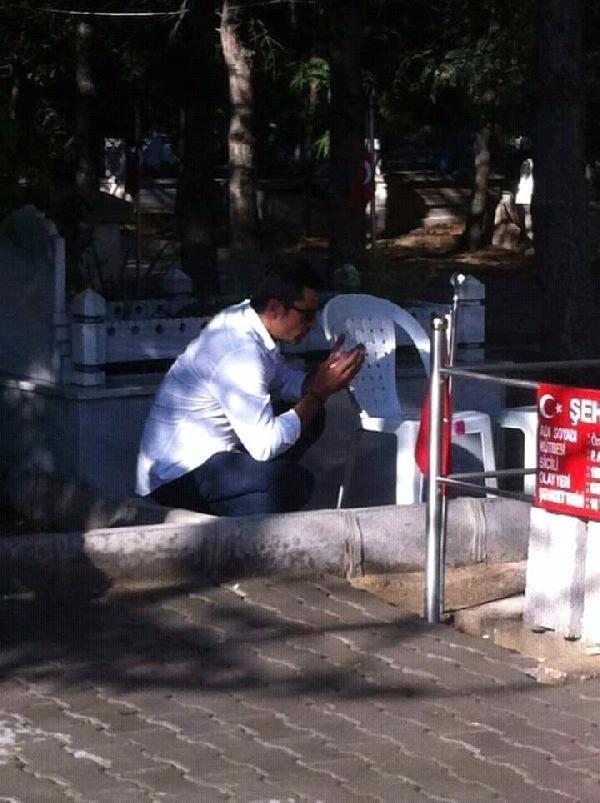 Kenan İmirzalıoğlu'ndanŞehit Ömer Halisdemir'in kabrine ziyaret