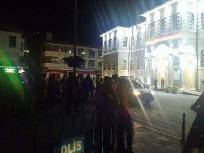 Konya'da elektirkler kesilince bayrağını kapan sokağa çıktı