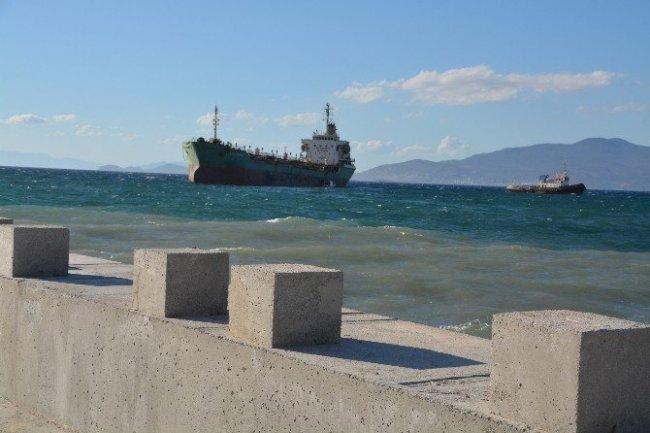 İzmir'de tanker karaya oturdu