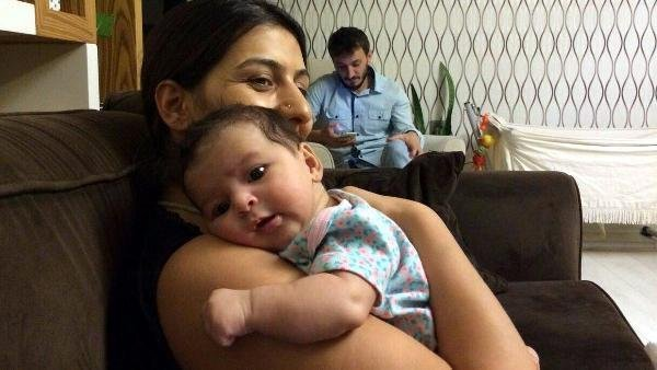 Gözaltındaki anne bebeği emniyette emziriyor