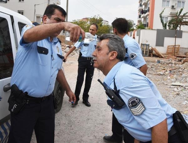 Polislerin yüzüne tiner döktü !