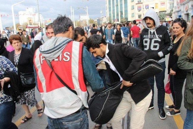 İstiklal Caddesi'nde didik didik arandı