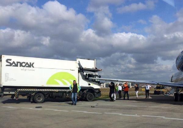 İkram kamyon özel jete çarptı !