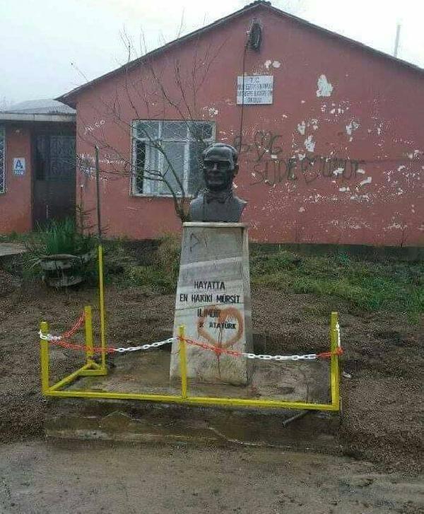 Atatürk büstüne mıcır döktüler