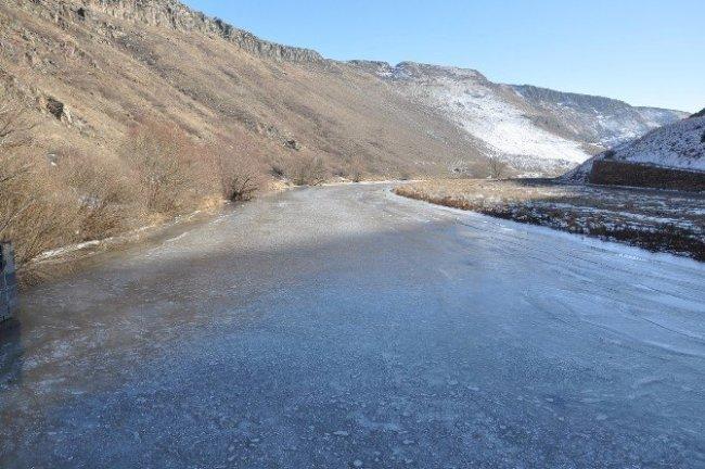 Sibirya soğukları baraj dondurdu