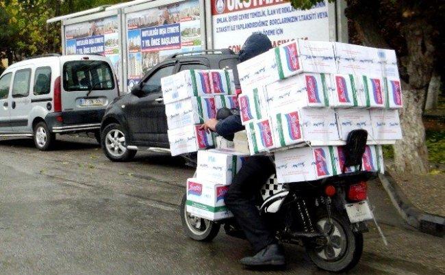 Motosikletiyle 40 koli makarnayı böyle taşıdı