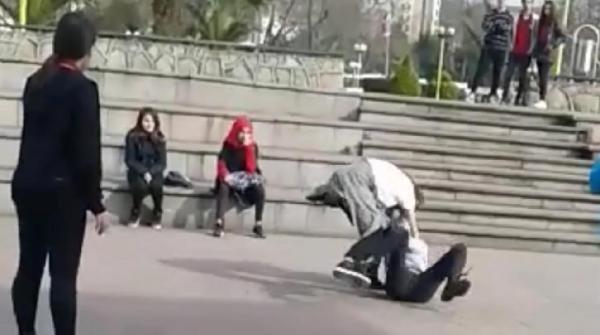 Liseli kızların erkek kavgası kamerada