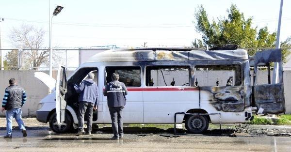 Babasını kızıp minibüsü yaktı !