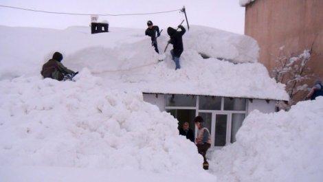Bitlis'e 10 metre 42 santim kar yağdı