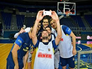 Fenerbahçe'de futbolcular ve basketbolcular buluştu
