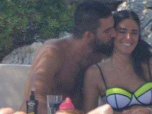 Arda Turan'dan Aslıhan Doğan'a öpücük