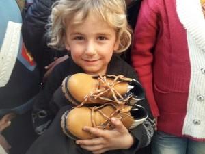 Fenerbahçeli futbolcu eşlerinden çocuklara yardım