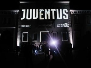 Juventus'un logo tanıtımına Emily Ratajkowski damgası
