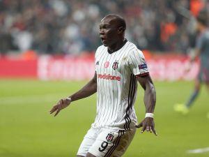 Beşiktaşlı taraftarlardan Aboubakar'a kırmızı kart tepkisi