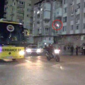 Fenerbahçe otobüsüne taşlı saldırı !