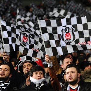 Beşiktaş taraftarı Galatasaray'ı kızdırdı !