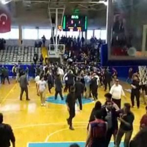 Basketbol maçında kavga !