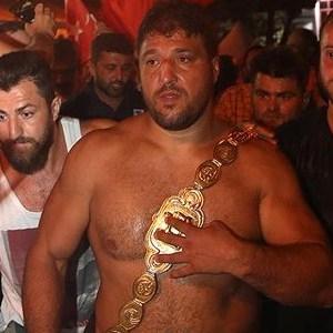 Altın kemeri taktı demokrasi nöbetine katıldı