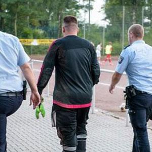 43 gol yiyen kaleciyi polis alıp götürdü !