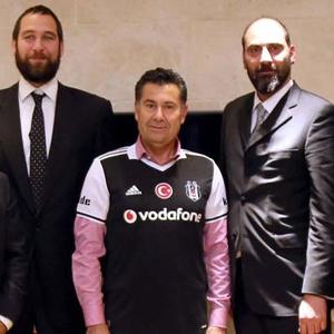 Fenerbahçeli başkan Beşiktaş forması giydi