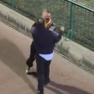 Futbolcuların babaları saha kenarında birbirine girdi !