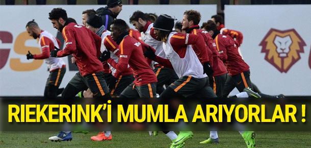 Galatasaraylı futbolcular Riekerink'i mumla arıyor