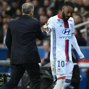 Lyon'da yıldız golcü Lacazatte sakatlandı