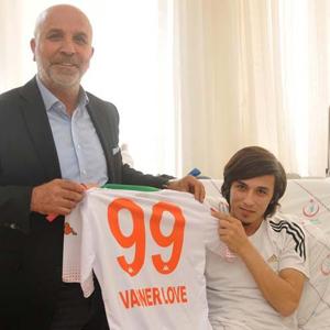 Başkan Çavuşoğlu'ndan genç taraftara forma sürprizi !